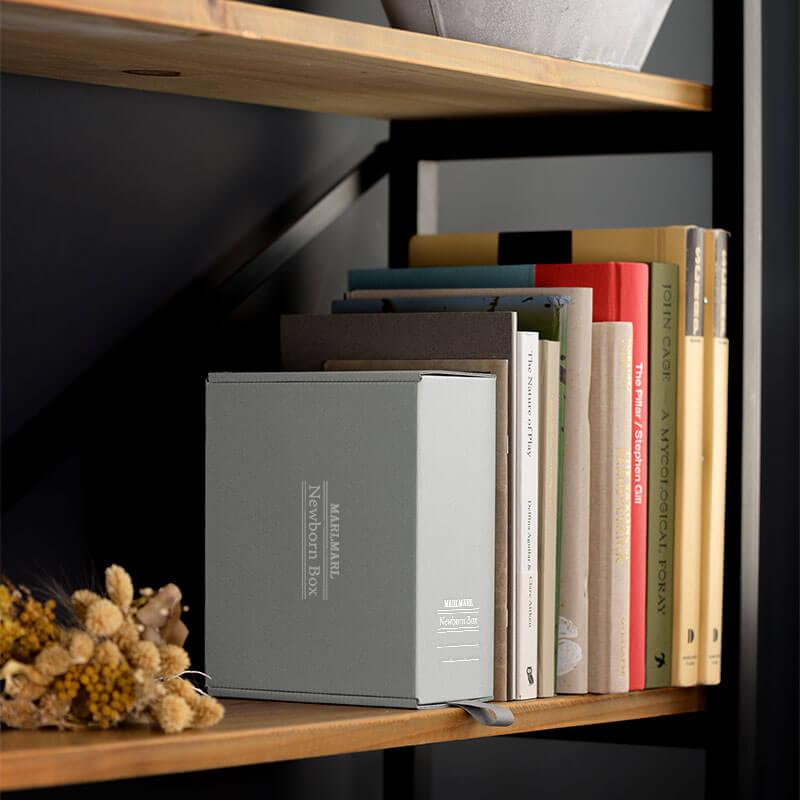 MARLMARL Archival Storage Boxesを本棚にディスプレイした画像