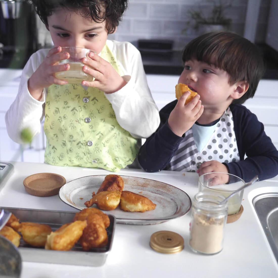 お食事中の汚れからお洋服をガードするのはもちろん、エプロンにもシミない防汚素材を採用。 by MARLMARL